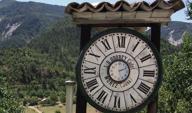 L'horloge de Saint-Léger du Ventoux (crédits Jori Avlis)