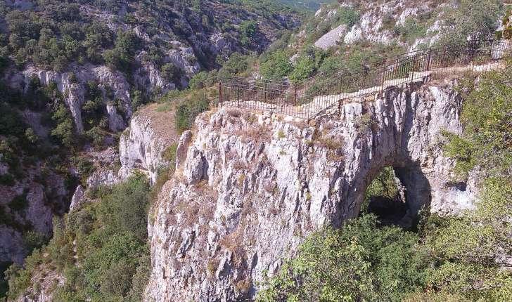 Le belvédère sur son arche de pierre au point de départ du sentier (Crédits: Richard Gavaudan)